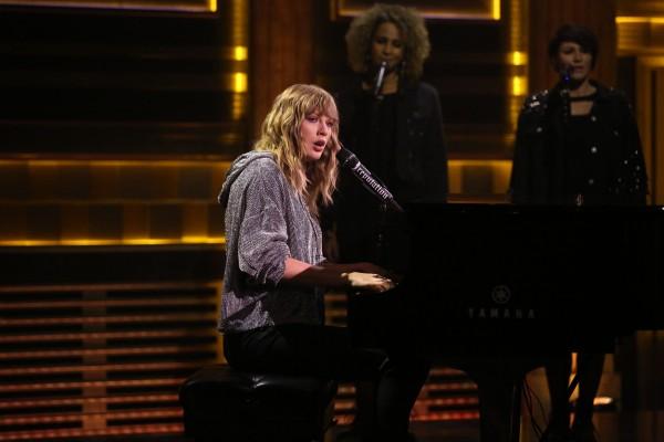 Taylor zazpievala na počesť matky Jimmyho Fallona