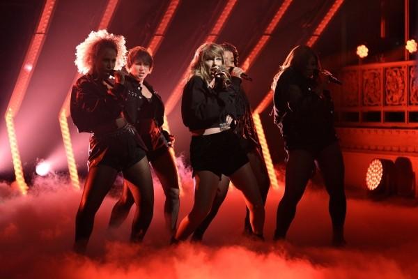 Taylor vystúpila na Saturday Night Live!
