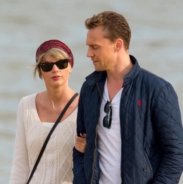 Taylor s Tomom a jeho rodinou na pláži